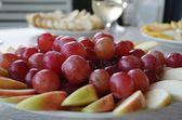 En tallrik med druvor och äpplen. — Stockfoto