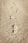 在沙上鞋子的烙印 — 图库照片