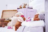 мягкие игрушки животных в интерьер комнаты — Стоковое фото