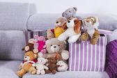Brinquedos de animais empalhados na sala interior — Fotografia Stock