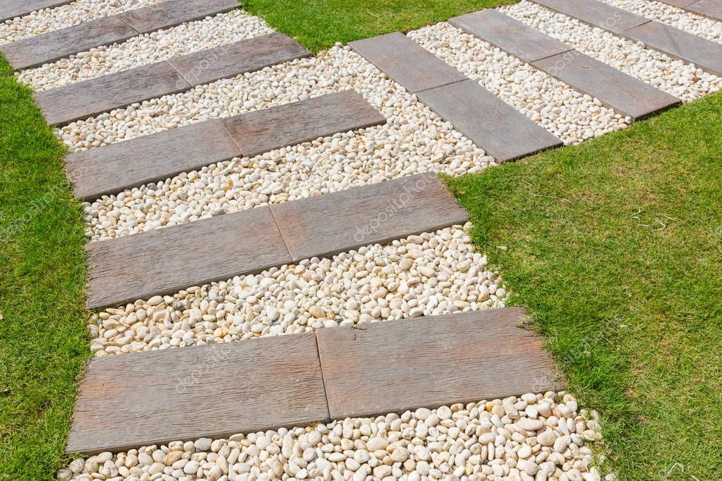 pedra jardim caminho:Caminho de pedra no jardim — Fotografias de Stock © smuayc