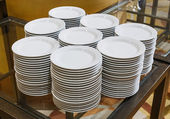 成堆的白色碗碟里 — 图库照片