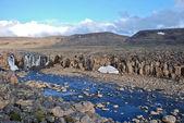 Krajina s kameny a vodopád. — Stock fotografie