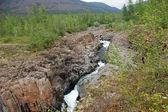 Berg flod i klipporna. — Stockfoto