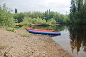 Canoe on the river in the virgin forests of Komi. — Stock fotografie
