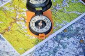 öppna kompassen på kartan — Stockfoto