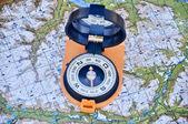 открыть компас на карте — Стоковое фото