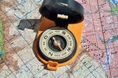 öppna kompass på kartorna. — Stockfoto