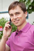 Portrét smějící se podnikatel mluví po telefonu v restauraci — Stock fotografie