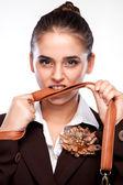Retrato de una muchacha mordiendo el mango de una bolsa — Foto de Stock