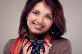 Portrait of a girl who offers grapes (retro) — Stock Photo
