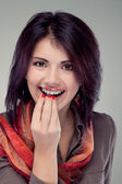 Portrait of a cheerful girl podnosyaschey food to her lips (retro) — Stock Photo