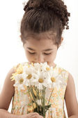 Little girl with daisy flowers — Stock Photo