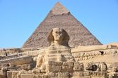 Great Sphinx of Giza against the Pyramid of Khafre — Stock Photo
