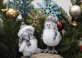 クリスマスの装飾と 2 羽の鳥 — ストック写真
