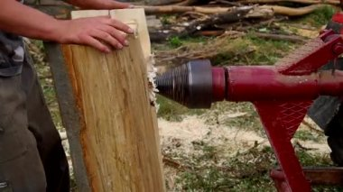 Splitting wood — Stock Video