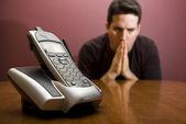 человек молится за телефонного звонка — Стоковое фото