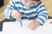 Toddler drawing with a poor pencil grip — Stock Photo