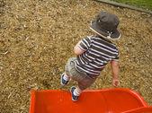 Chłopiec skacząc z końcem slajdów — Zdjęcie stockowe
