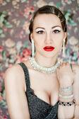 Mooie vrouw retro zachte portret tegen floral grijze achtergrond — Stockfoto