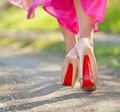 Slanke vrouwelijke benen in hoge hakken schoenen buiten. zonlicht — Stockfoto