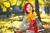 Beautiful happy woman smiling in autumn park, having fun on a sunny autumn day — Stock Photo