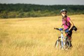 幸せなサイクリストの女性 — ストック写真