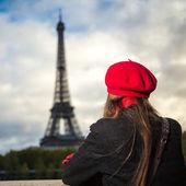 Eiffel tower Paris tourist woman — Stock Photo
