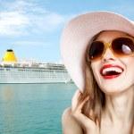 femme de villégiature près de bateau de croisière — Photo