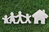 Familia de tela sobre hierba cerca de casa — Foto de Stock