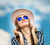 Happy woman in hat and sunglasses — Stock Photo