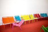 空の部屋でカラフルな椅子 — ストック写真