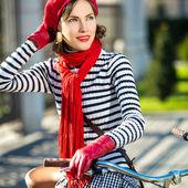Kobieta retro i retro rower — Zdjęcie stockowe