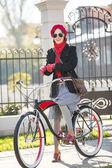 幸福的女人,与他的自行车在户外 — 图库照片