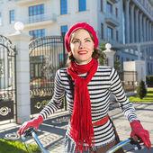 Woman and bike. Pretty woman on her bike — Zdjęcie stockowe