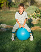 Piccolo ragazzo divertendosi ritratto all'aperto — Foto Stock