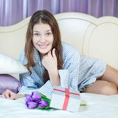 Mujer feliz con presente — Foto de Stock