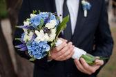 Bridegroom with beautiful wedding flowers — Stock Photo
