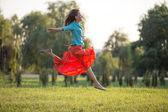 Glückliche junge frau springen — Stockfoto