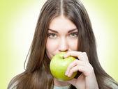 女人吃青苹果ヘリコプター、リアウイング、キャビン、ステアリング レバー — 图库照片