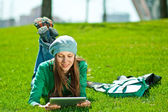 Young woman using tablet outdoor — Stockfoto