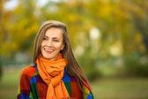 Sonbahar parkta yürüyüş kadın moda — Stok fotoğraf