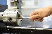 Utilisez la main pour vérifier le spécimen de torsion avant essai sur torsio — Photo