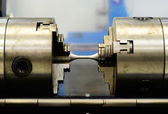 Complete setting the torsion specimen to test on torsion machine — Stock Photo