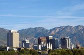Skyline i salt lake city, utah inramade av wasatch bergen — Stockfoto