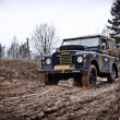 Old Land Rover Defender driving in mud — Stok Fotoğraf #18906045