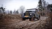 çamurda sürüş eski land rover defender — Stok fotoğraf