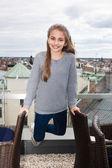 šťastná dívka proti městské střechy — Stock fotografie