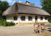 Alten ukrainischen landhaus mit einem strohdach — Stockfoto