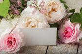 Cartolina con fiori eleganti e tag vuoto per il testo — Foto Stock